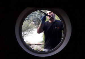 Защо почистването на прозорци отстранява огромен процент бактерии от помещенията