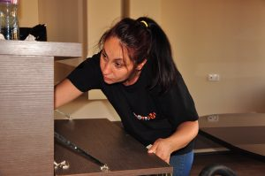 Почистване на мебели от дърво – кога влажната кърпа е забранена
