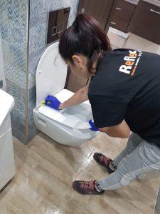Почистване на тоалетна чиния от фирма – значение и особености в обществени сгради